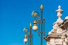 Lampada di via d'annata contro il cielo blu, Madrid, Spagna Copi lo spazio per testo Immagine Stock