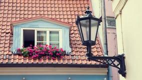 Lampada di via d'annata sulla parete e sulla finestra in tetto della soffitta Immagini Stock Libere da Diritti