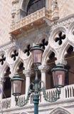 Lampada di via davanti al palazzo del Doge Fotografie Stock