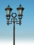 Lampada di via decorata su cielo blu Fotografia Stock