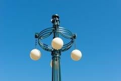 Lampada di via del ferro con le cupole di vetro Fotografia Stock