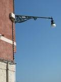 Lampada di via dell'annata sulla parete Fotografie Stock Libere da Diritti