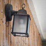 Lampada di via di vecchio stile sulla parete di bambù Immagine Stock