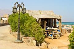 Lampada di via e caffè della spiaggia vicino al Mar Rosso immagine stock libera da diritti