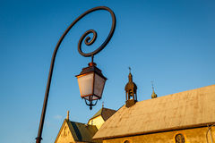 Lampada di via e chiesa medievale in Megeve Immagini Stock