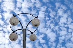 Lampada di via e cielo nuvoloso Fotografia Stock