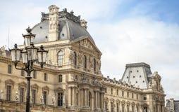 Lampada di via e facciata nere del museo del Louvre Immagine Stock Libera da Diritti