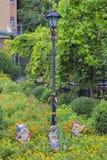 Lampada di via e figurine del nano in decorazione del giardino Immagini Stock Libere da Diritti