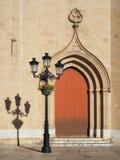 Lampada di via e porta di una chiesa Fotografia Stock