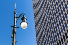 Lampada di via e un grattacielo Fotografie Stock