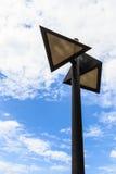 lampada di via a forma di triangolo contro la nuvola ed il cielo blu bianchi Immagine Stock Libera da Diritti