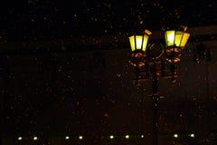 Lampada di via leggera durante la tempesta della neve fotografia stock