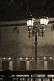 Lampada di via leggera durante la tempesta della neve Immagine Stock