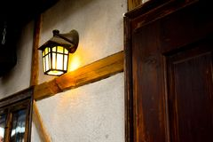 Lampada di via medievale sulla parete bianca dentro il castello feudale fotografia stock