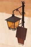 Lampada di via metallica antica in Albarracin spain Fotografie Stock