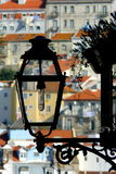 Lampada di via in negativo per la stampa di cartamoneta del quartiere ispanico di Lisbona, Portogallo Immagini Stock