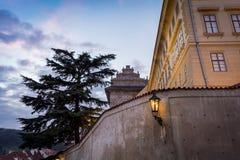 Lampada di via a Praga dal lato di una parete con una grande casa piacevole e un albero nei precedenti Fotografie Stock Libere da Diritti
