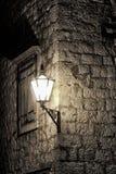 Lampada di via sulla parete antica Fotografie Stock