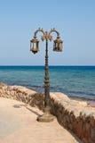 Lampada di via vicino al mare in Dahab fotografia stock