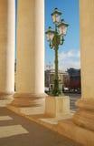 Lampada di via vicino alla colonnato del teatro di Bolshoi Immagine Stock