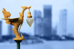 Lampada dorata tradizionale del cigno di arte tailandese Immagine Stock Libera da Diritti