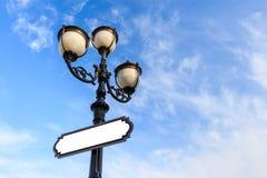 Lampada e bordo di via Immagini Stock Libere da Diritti