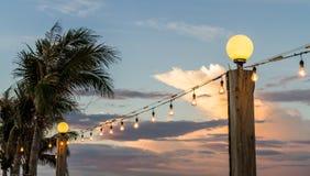 Lampada e lampadine situate alla strada della spiaggia Fotografia Stock