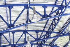 Lampada e struttura blu del soffitto Immagine Stock