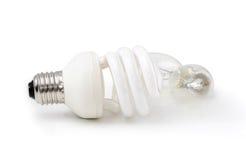 Lampada economizzatrice d'energia davanti ad una lampada comune Fotografia Stock