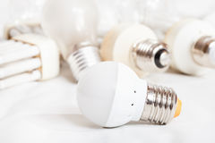 Lampada economizzatrice d'energia del LED e parecchie vecchie lampadine Fotografia Stock