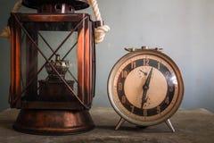 Lampada ed orologio sulla tavola Fotografia Stock Libera da Diritti