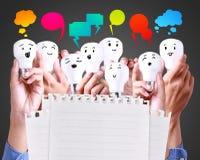 Lampada felice con il segno della rete sociale, il testo del pallone, & il colore pieno immagine stock libera da diritti