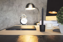 Lampada illuminata desktop Immagine Stock
