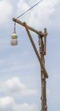 Lampada, lampadina e un palo di legno Immagini Stock Libere da Diritti