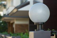 Lampada leggera sul portone anteriore della decorazione residenziale Immagine Stock