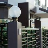 Lampada leggera sul portone anteriore della decorazione residenziale Fotografie Stock Libere da Diritti