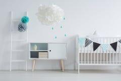 Lampada moderna nella camera da letto del ` s dei bambini immagini stock