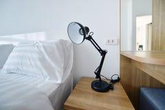 Lampada moderna sul comodino di legno in camera da letto moderna bianca, interi Fotografia Stock