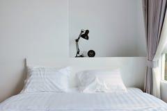 Lampada moderna sul comodino di legno in camera da letto moderna bianca, interi Fotografia Stock Libera da Diritti