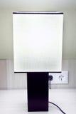 Lampada moderna sulla tabella in hotel Fotografie Stock