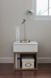 Lampada moderna sulla tavola bianca in camera da letto Immagine Stock Libera da Diritti