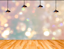 Lampada nel fondo del bokeh con il pavimento di legno della plancia fotografia stock