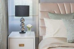 Lampada nera dal lato di legno bianco della tavola in camera da letto Immagine Stock Libera da Diritti