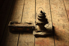 Lampada oleosa ed incenso nel monastero, Nepal Immagine Stock