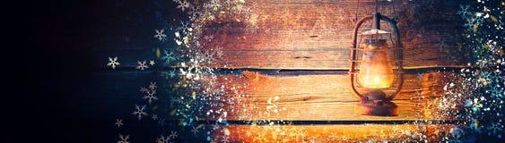 Lampada a olio d'annata sopra il fondo di legno di festa di Natale fotografia stock