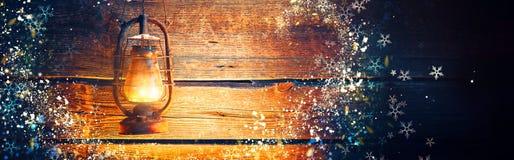 Lampada a olio d'annata sopra il fondo di legno di festa di Natale fotografia stock libera da diritti