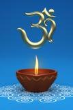 Lampada a olio tradizionale indiana con il simbolo del OM Immagini Stock