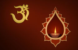 Lampada a olio tradizionale indiana decorativa con il simbolo del OM Immagini Stock Libere da Diritti