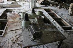Lampada sovietica ad oggetto segreto abbandonato in città fantasma Pripyat, zona di Cernobyl fotografia stock