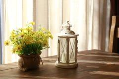 Lampada sulla tavola alla località di soggiorno Fotografie Stock Libere da Diritti